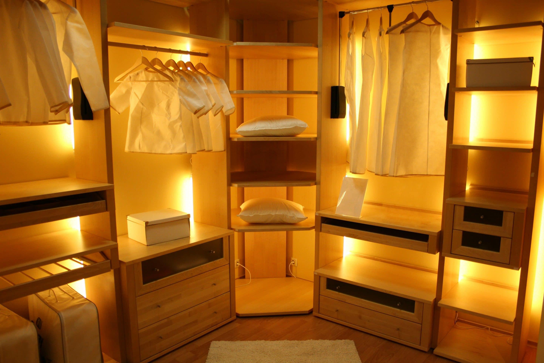 Optimized corner closet with a boutique design